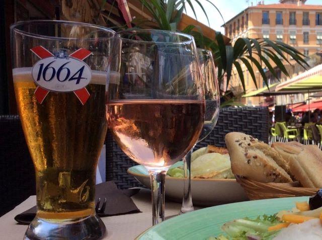 kulkusalla, Nizza, vieille ville, rosé, miehe matkassa
