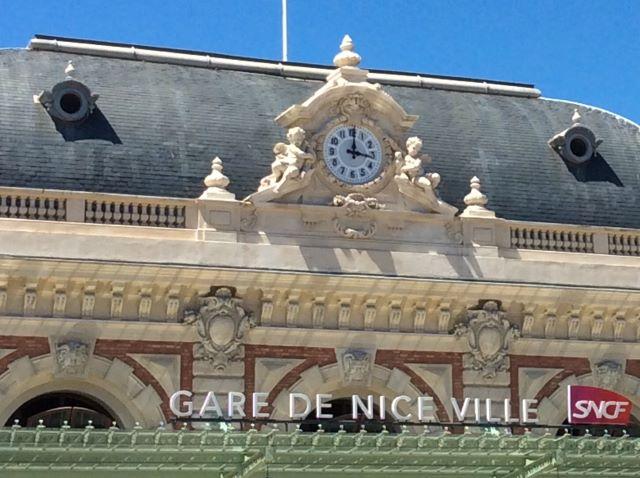 kulkusalla, Nizza rautatieasema, Gare de Nice, miehen matkassa,